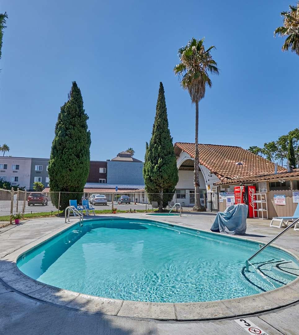 TAKE A CLOSER LOOK AT E-Z 8 Motel San Jose I